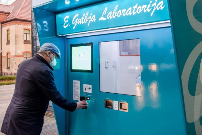 Démonstration d'un système de station automatisée de dépistage, à Riga, en Lettonie, mercredi 16décembre.