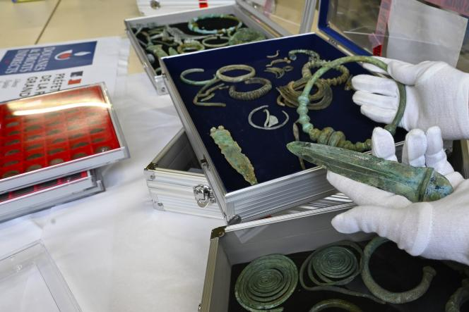 A Metz, le 14 décembre 2020, un torque de l'âge du fer et un poignard de l'âge du bronze, faisant partie des objets archéologiques saisis par des douaniers.