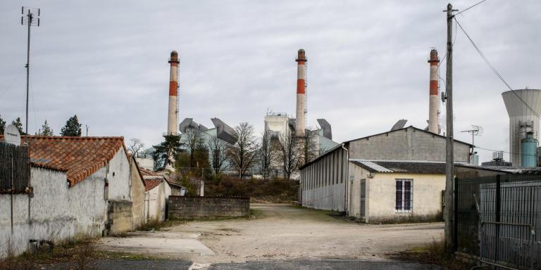 Vue sur Le site verrier de l'usine Verallia Cognac-Châteaubernard. Quartier industriel de la ville de Châteaubernard. Charente. région Nouvelle-Aquitaine. France.
