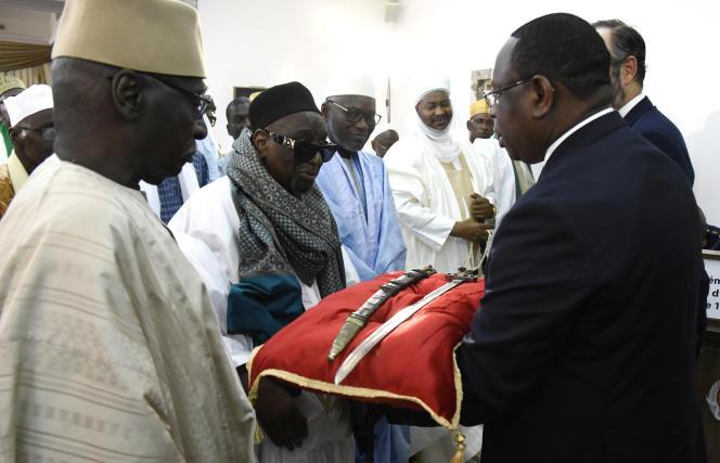 Le président sénégalais, Macky Sall (à droite), présente le sabre attribué à ElHadj Oumar Tall lors d'une cérémonie à Dakar, le 17novembre 2019.