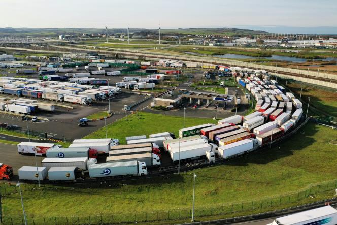 Des camions attendent d'embarquer à bord de la navette de fret d'Eurotunnelà Coquelles, près de Calais (Pas-de-Calais), le 16 décembre.