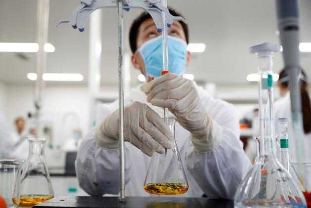 Dans le laboratoire chinois Sinovac Biotech, à Pékin, le 24 septembre.