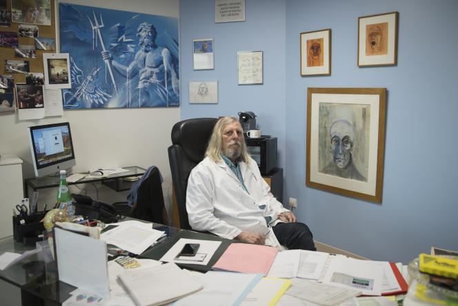 Le professeur Didier Raoult, dans son bureau de La Timone, à Marseille (Bouches-du-Rhône), le 27 février.