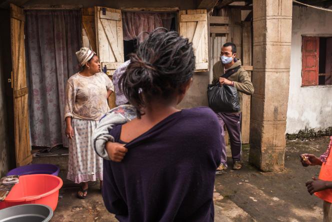 Lors d'une distribution de nourriture et de masques par l'association Le Caméléon,à Antananarivo (Madagascar), le 13 mai.