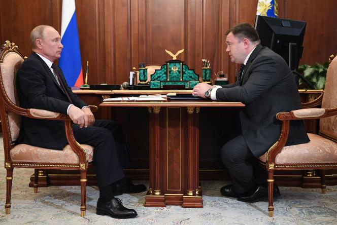 Vladimir Poutine recevant Piotr Fradkov, directeur de la Promsviazbank et fils d'un ancien premier ministre, au Kremlin à Moscou, le 8 juillet 2020.