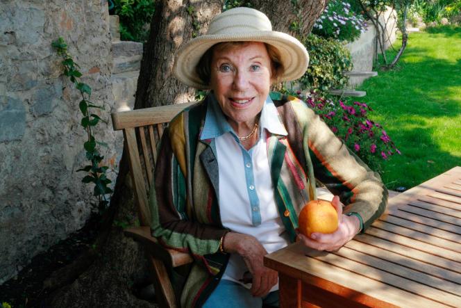 La journaliste et écrivaine Benoîte Groult, le 7 avril 2007, dans le jardin de sa maison à Hyères (Var).