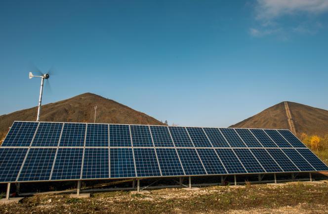 Des panneaux solaires, à Loos-en-Gohelle (Pas-de-Calais), en novembre 2016.