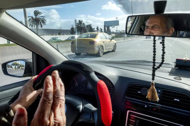Dans le taxi de Belgacem Hmi Missaoui, nostalgique de l'époque de Ben Ali, à Tunis, le 13 décembre 2020.
