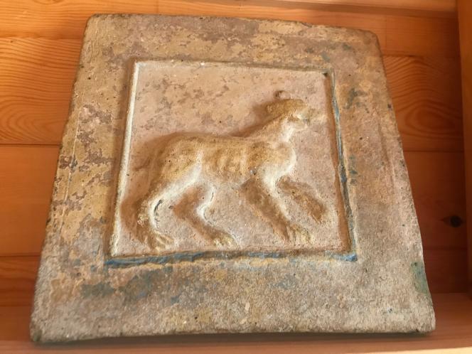 Tableau de pierre de l'époque bysantine représentant un félin retrouvé sur la propriété de la ferme oléicole de la famille Ben Ismaïl, à Toukabeur.