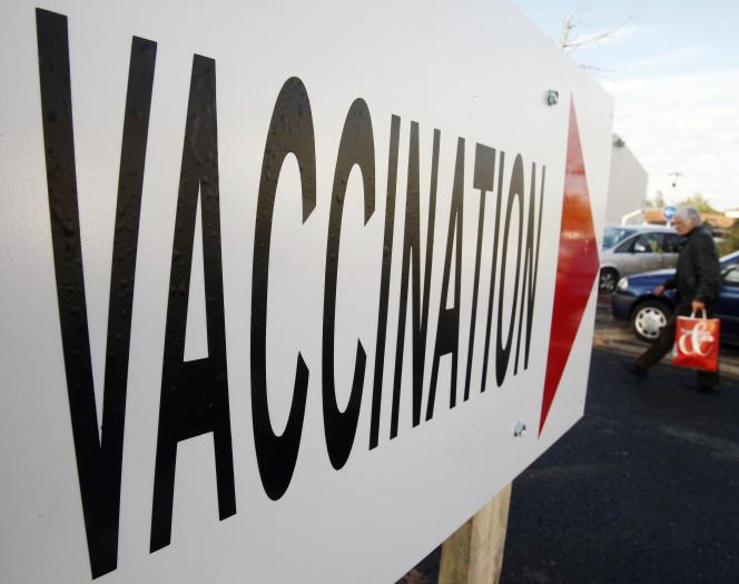 Un panneau indiquant un centre de vaccination à Gradignan (Gironde).
