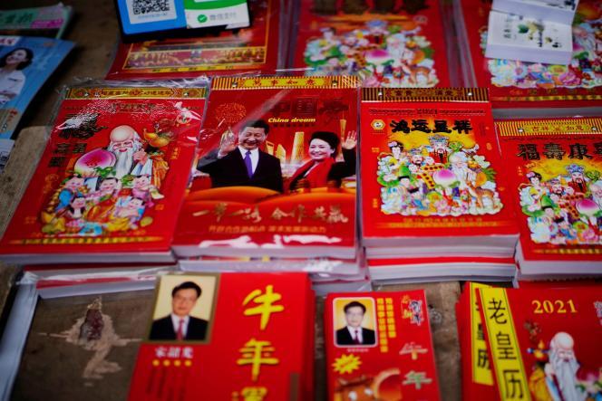 Un calendrier 2021 avec un portrait du président chinois, Xi Jinping, et de son épouse Peng Liyuan sur un marché, à Wuhan, en Chine, le 7 décembre.