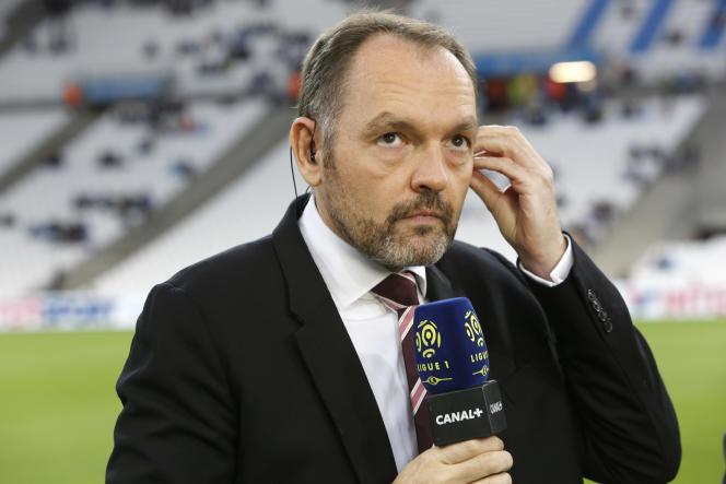 Stéphane Guy commentant une rencontre entre l'OM et l'OL au stade Vélodrome de Marseille, en septembre 2016.