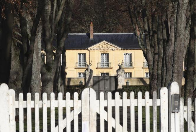 Jeudi, Emmanuel Macron a reçu un diagnostic de SRAS-CoV-2, a été placé à l'isolement pendant sept jours et séjourne à la résidence présidentielle de La Lanterne, à Versailles.