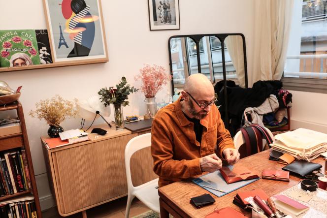 Jérôme Auriac a créé une société de maroquinerie. Il confectionne ses produits chez lui, et prévoit d'ouvrir un atelier-boutique à Paris (11ème).