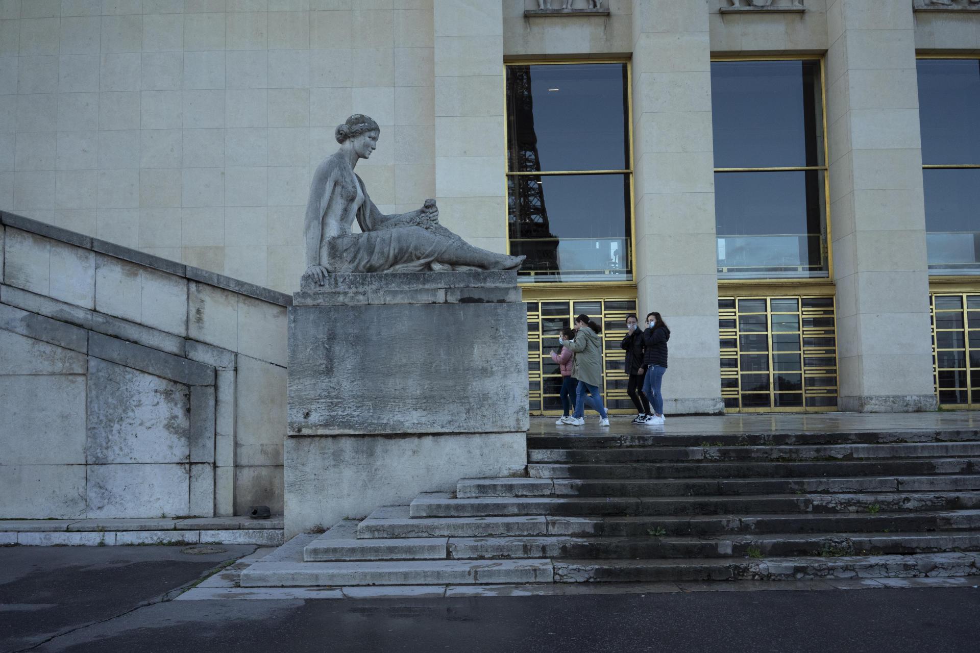 Extérieur Sud du Théatre Chaillot, où l'entrée avait été créée. Elle n'a finalement jamais été utilisée.