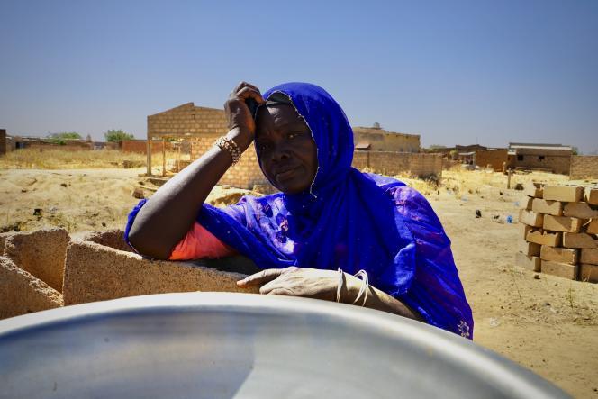 Kalidiata Badini, ancienne cultivatrice, vit désormais des quelques francs récoltés en tamisant le sable, qui sera transformé en parpaing.