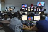 Des journalistes travaillent ans la salle de rédaction de la chaîne de télévision nationale publique tunisienne Wataniya,le 14 novembre 2020