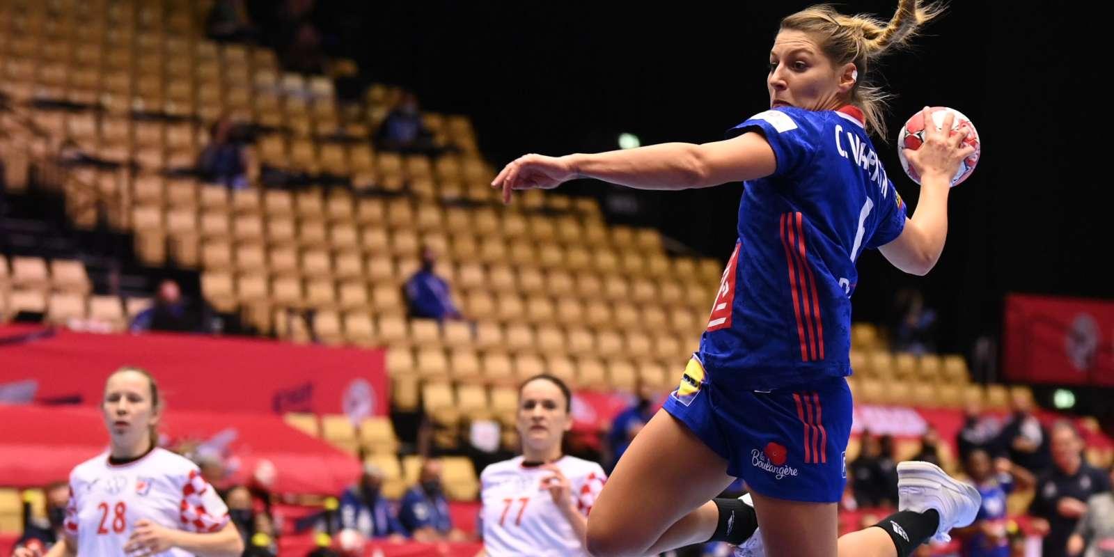 L'ailière Chloé Valentini, lors de la demi-finale de l'Euro de handball contre la Croatie, vendredi 18 décembre.