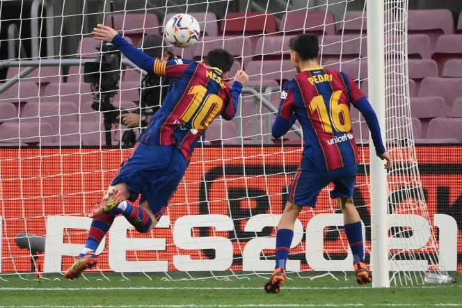 A la retombée d'un centre à la suite de son penalty manqué avec Barcelone, Lionel Messi (numéro 10) a égalé le record de buts dans un seul club face à Valence, samedi 19 décembre au Camp Nou.