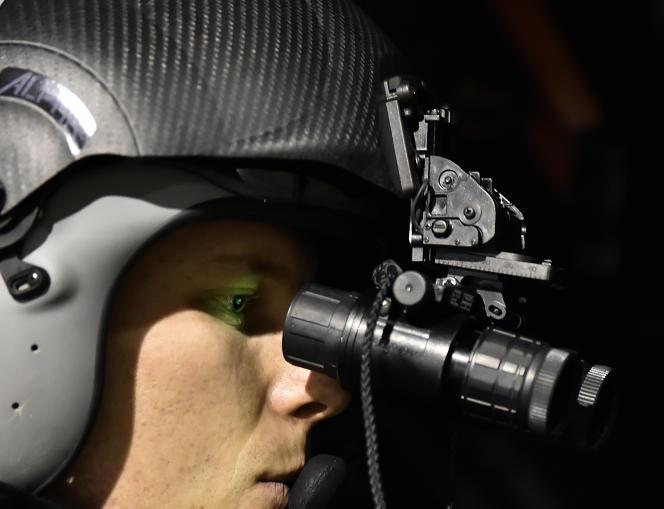 Le pilote d'un hélicoptère français Caracal utilise des lunettes de vision nocturne lors d'un exercice à Cazaux (Gironde), en février 2016.