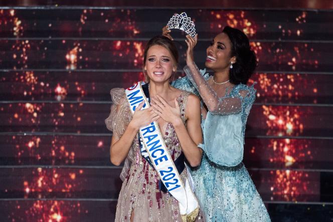 Amandine Petit couronnée Miss France 2021 par Clémence Botino, lauréate de l'édition précédente, au Puy-du-Fou, dans la nuit du samedi 19 au dimanche 20 décembre