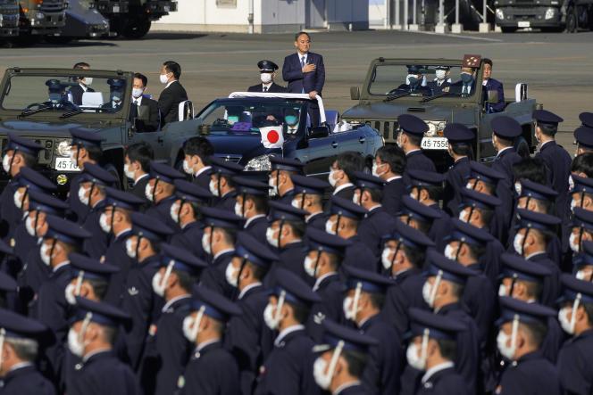 Le premier ministre japonais, Yoshihide Suga, passe en revue les forces armées aériennesjaponaises sur la base de Sayama, au nord-est de Tokyo, le 28 novembre.