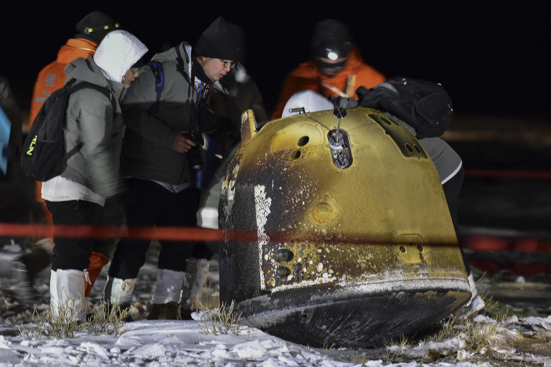 La capsule de retour de la mission chinoise Chang'e-5, transportant des échantillons lunaires, après son atterrissage en Mongolie-Intérieure, le 17 décembre.