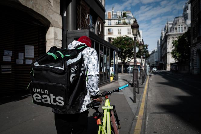 Un livreur de la plate-forme Uber Eats, à Paris, le 24 avril.