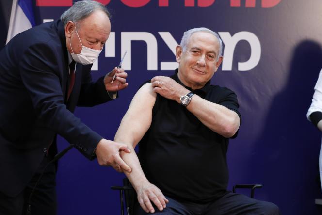Le premier ministre israélien, Benyamin Nétanyahou, lors de sa vaccination contre le Covid-19, samedi 19 décembre, au centre médical ChaimSheba à Ramat Gan, près de Tel-Aviv.