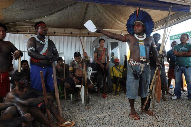 Des indigènes amazoniens tiennent une réunion avec des représentants de la Funai, près d'Altamira, dans l'Etat de Para (Brésil), en 2012.