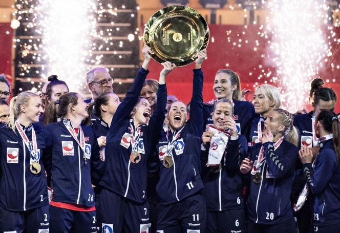 Et hop ! Un saladier européen de plus pour les handballeuses norvégiennes, qui se sont imposées en finale 22 à 20 contre la France, dimanche 20 décembre, au Danemark.