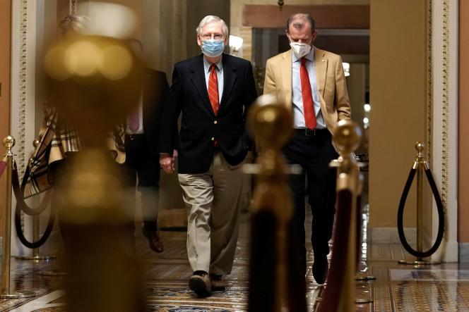 Le républicain Mitch McConnell (à gauche) dans les couloirs du Sénat, à Washington, le dimanche 20 décembre.