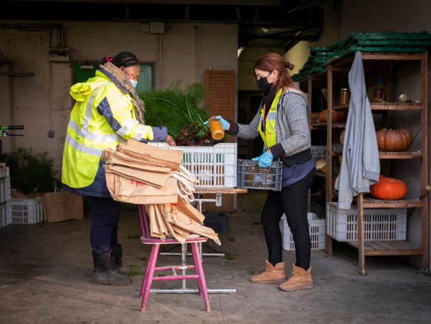 Les paniers sont préparés très tôt le matin pour être livrés, à Sevran (Seine-Saint-Denis), le 9 décembre.