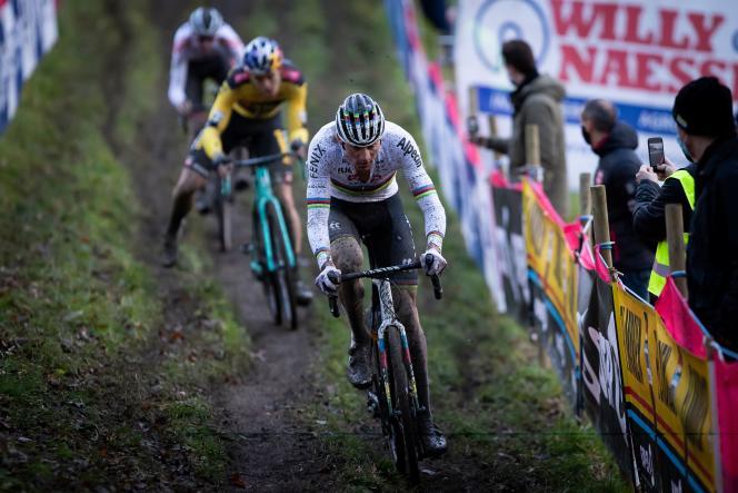 Le petit-fils de Raymond Poulidor Mathieu Van der Poel ne perpétue pas la tradition familale : le coureur néerlandais s'est imposé dimanche 20 décembre à Namur, deuxième manche de la Coupe du monde de cyclo-cross, devant le Belge Wout Van Aert (second plan).