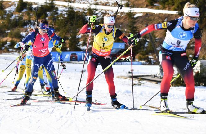 La Norvégienne Tiril Eckhoff mène le train devantsa compatriote Marte Olsbu Roeiseland et l'Italienne Dorothea Wierer, lors de la mass start d'Hochfilzen, dimanche 20 décembre.
