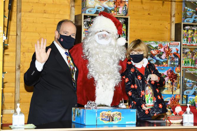 Le prince Albert II de Monaco et la princesse Gabriella entourent le Père Noël, à Monaco, le 16 décembre.