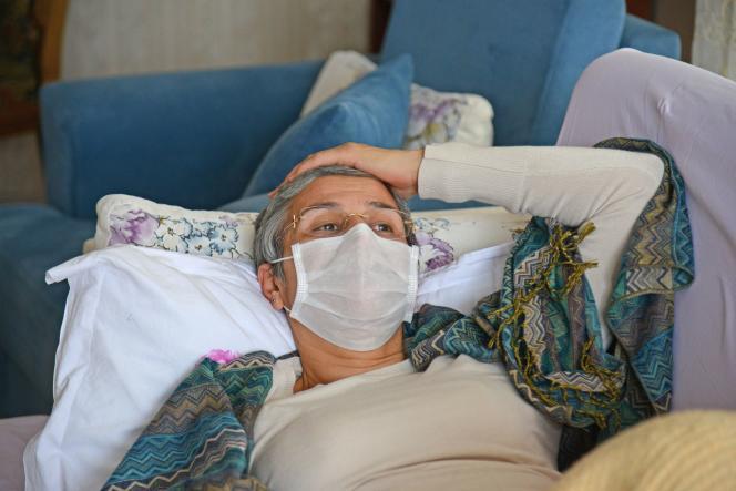 L'ancienne députée kurde, Leyla Güven, alitée chez elle, en janvier 2019, alors qu'elle poursuivait une grève de la faim pour dénoncer les conditions de détention d'Abdullah Öcalan, l'un des fondateurs du Parti des travailleurs du Kurdistan (PKK).