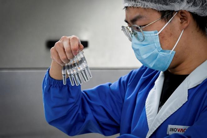 Un employé vérifie les vaccins contre le Covid-19 produits par le laboratoire Sinovac, à Pékin,le 24 septembre.