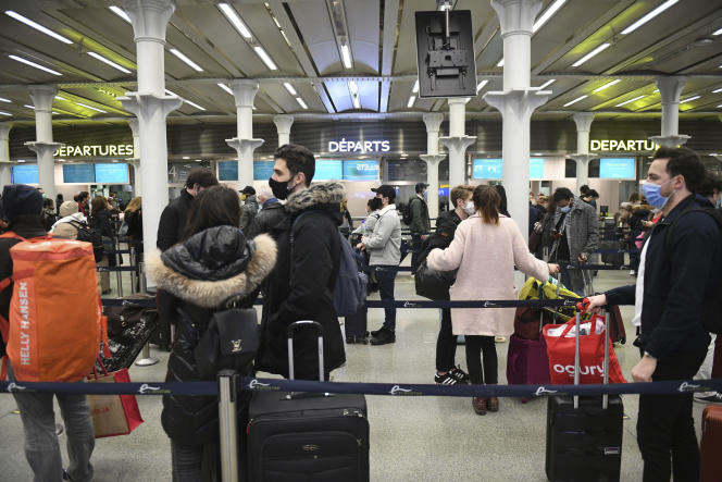 Des passagers attendent d'embarquer à bord du dernier train en partance pour Paris, àla gare de Saint-Pancras, à Londres, le 20 décembre.