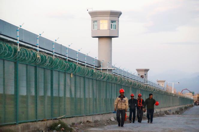 Devant un centre de formation professionnelle, à Dabancheng, dans la région autonome ouïghoure du Xinjiang, en Chine, en 2018.