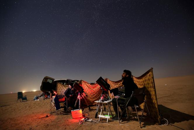 Deux amateuts d'astronomie koweïtiens suivent la grande conjonction entre Jupiter etSaturne dans le district d'Al-Salmi, une zone désertique située à 120 km à l'ouest deKoweït City, le 21décembre2020.