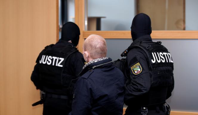 L'auteur de l'attentat de Hallequitte le tribunal sous escorte policière après l'annonce de sa condamnation en Allemagne, le 21 décembre.