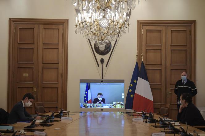 Emmanuel Macron a présidé le conseil des ministres en visioconférence depuis Versailles, lundi 21 décembre.