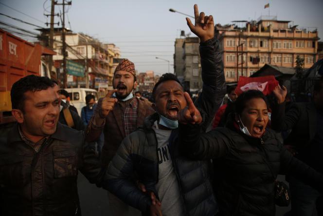 Des étudiants népalais protestent contre le premier ministre, Khadga Prasad Oli, après sa décision de dissoudre la Chambre, à Katmandu, le 20 décembre.