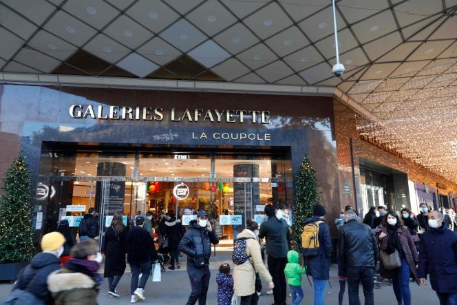 Devant les Galeries Lafayette, à Paris, le 28 novembre.