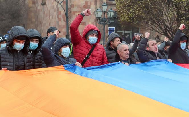 Des manifestants demandent le départ du premier ministre arménien, Nikol Pachinian, dans les rues d'Erevan, en Arménie, mardi 22 décembre 2020.