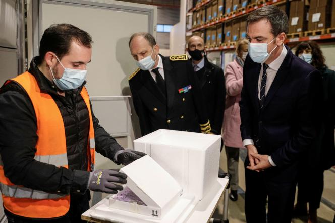 Olivier Véran dans l'un des centres où seront entreposés les vaccins contre le Covid-19,àChanteloup-en-Brie (Seine-et-Marne), le 22 décembre.