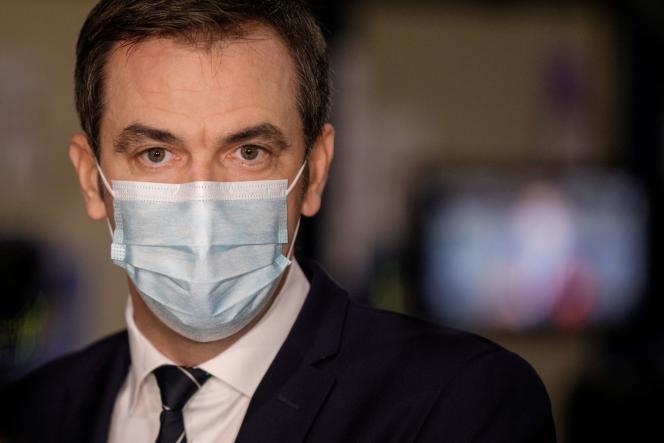 Le ministre de la Santé, Olivier Véran, lors d'une visite dans un futur centre de distribution de vaccins Covid-19 le 22 décembre à Chanteloup-en-Brie.