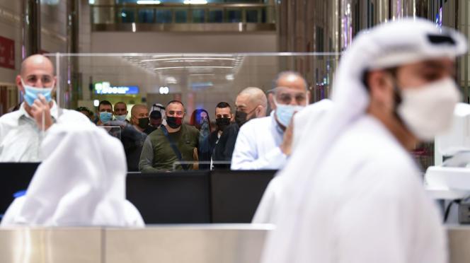 Des voyageurs israéliens lors du contrôle des passeports à leur arrivée à Dubaï, aux Emirats arabes unis, le 26 novembre, jour du premier vol commercial entre les deux pays.