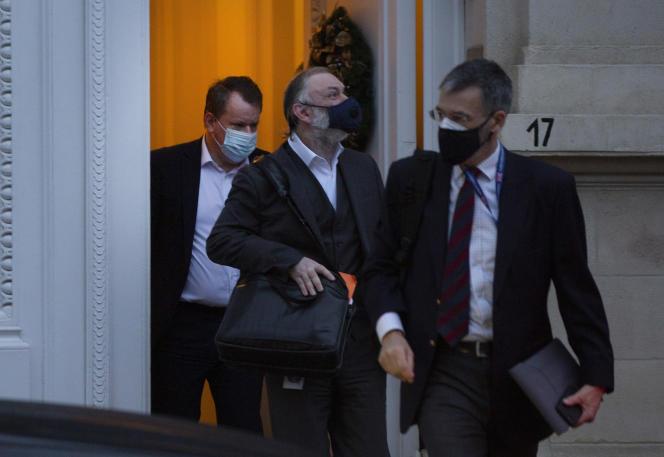 Le négociateur britannique du Brexit, David Frost (à gauche) et l'ambassadeur britannique auprès de l'UE,Tim Barrow (au centre), le 22 décembre à Bruxelles.
